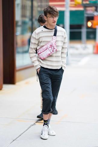 Cómo combinar: jersey con cuello circular de rayas horizontales en beige, camiseta de manga larga negra, pantalón chino negro, tenis de cuero estampados blancos