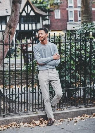 Cómo combinar un jersey con cuello circular celeste: Opta por un jersey con cuello circular celeste y un pantalón chino gris para cualquier sorpresa que haya en el día. Mocasín de cuero burdeos proporcionarán una estética clásica al conjunto.