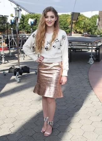 Look de Willow Shields: Jersey con cuello circular con adornos blanco, Falda lápiz dorada, Sandalias de tacón plateadas
