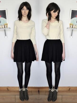 Cómo combinar: jersey con cuello circular de angora en beige, falda skater negra, botines de ante verde oscuro