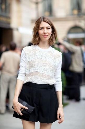 Cómo combinar: jersey con cuello circular de encaje blanco, pantalones cortos negros, cartera sobre de cuero negra