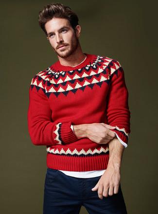 Cómo combinar: jersey con cuello circular de grecas alpinos rojo, camiseta de manga larga blanca, pantalón chino azul marino