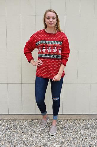 Cómo combinar: jersey con cuello circular de grecas alpinos rojo, vaqueros pitillo desgastados azul marino, zapatillas slip-on de cuero grises