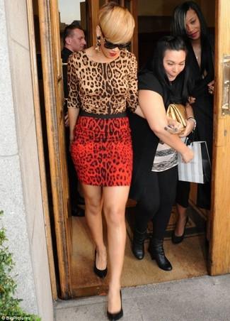 Look de Rihanna: Jersey con cuello circular de leopardo marrón claro, Minifalda de leopardo roja, Zapatos de tacón de cuero negros