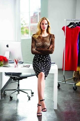 Cómo combinar: jersey con cuello circular de leopardo marrón, falda lápiz a lunares en negro y blanco, sandalias de tacón de cuero negras