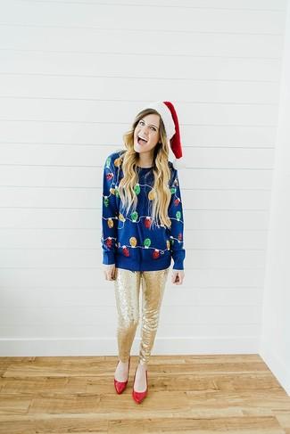 Cómo combinar: jersey con cuello circular de navidad azul marino, pantalones pitillo de lentejuelas dorados, zapatos de tacón de cuero rojos