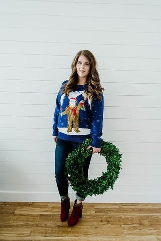 Cómo combinar: jersey con cuello circular de navidad azul marino, vaqueros pitillo azul marino, botines de ante burdeos
