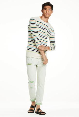 Cómo combinar: jersey con cuello circular de rayas horizontales en beige, vaqueros pitillo desgastados en verde menta, sandalias de cuero negras