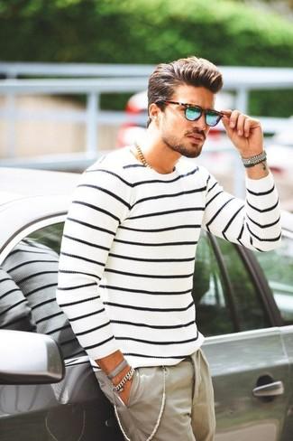 Cómo combinar: jersey con cuello circular de rayas horizontales en blanco y azul marino, pantalón chino en beige, gafas de sol azules
