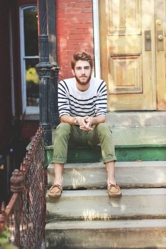 Cómo combinar: jersey con cuello circular de rayas horizontales en blanco y azul marino, pantalón chino verde oliva, náuticos de cuero marrón claro