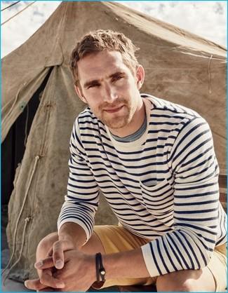 Cómo combinar: jersey con cuello circular de rayas horizontales en blanco y azul marino, pantalones cortos marrón claro