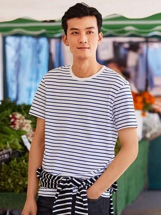 Cómo combinar: jersey con cuello circular de rayas horizontales en blanco y negro, camiseta con cuello circular de rayas horizontales en blanco y azul, vaqueros azul marino