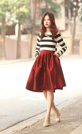 Cómo combinar: jersey con cuello circular de rayas horizontales en blanco y negro, falda campana roja, sandalias de tacón de goma transparentes