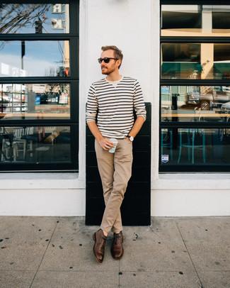 Cómo combinar: jersey con cuello circular de rayas horizontales en blanco y negro, pantalón chino marrón claro, botas safari de cuero en marrón oscuro