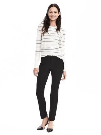 Cómo combinar: jersey con cuello circular de rayas horizontales en blanco y negro, pantalón de vestir negro, bailarinas de cuero negras
