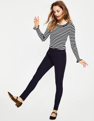 Cómo combinar: jersey con cuello circular de rayas horizontales en blanco y negro, pantalones pitillo azul marino, bailarinas de ante de leopardo en marrón oscuro