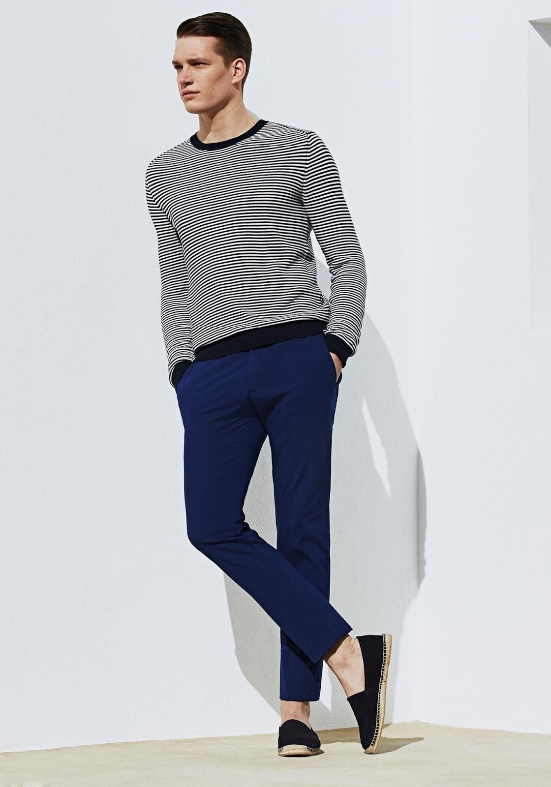 Usa un jersey con cuello circular de rayas horizontales en negro y blanco y un pantalón