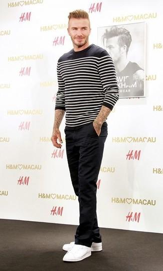 Look de David Beckham: Jersey con Cuello Circular de Rayas Horizontales en Negro y Blanco, Pantalón Chino Negro, Tenis Blancos