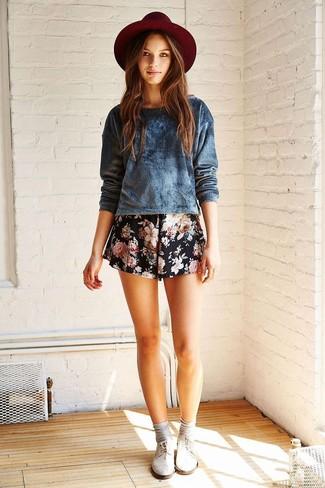 Cómo combinar: jersey con cuello circular de terciopelo azul marino, pantalones cortos con print de flores negros, sombrero de lana burdeos