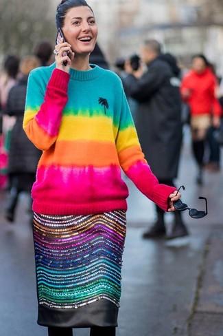 Cómo combinar: jersey con cuello circular efecto teñido anudado en multicolor, falda lápiz de cuero con adornos negra, medias de lana negras