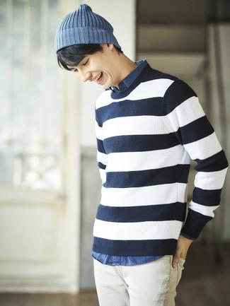 Cómo combinar: jersey con cuello circular de rayas horizontales en azul marino y blanco, camisa de manga larga de cambray azul, vaqueros blancos, gorro azul