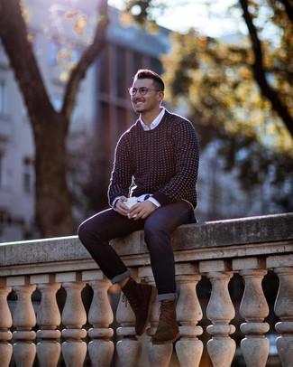 Cómo combinar: jersey con cuello circular en azul marino y blanco, camisa de manga larga blanca, vaqueros azul marino, botas formales de ante marrónes