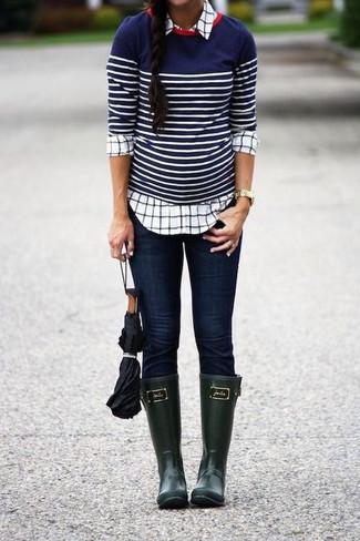 Look de moda: Jersey con cuello circular de rayas horizontales en azul marino y blanco, Camisa de vestir a cuadros blanca, Vaqueros pitillo azul marino, Botas de lluvia verde oscuro