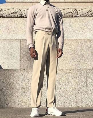 Cómo combinar: jersey con cuello circular en beige, camisa de vestir en beige, pantalón de vestir en beige, deportivas blancas