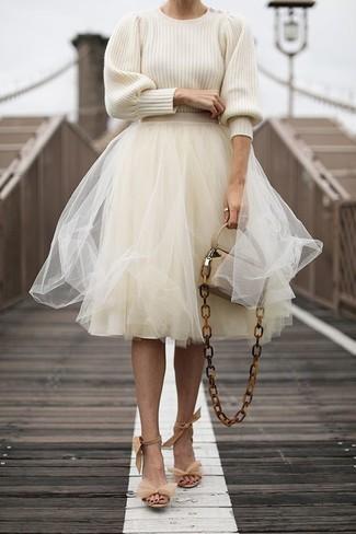 Cómo combinar: jersey con cuello circular en beige, falda campana de tul en beige, sandalias de tacón de ante en beige, bolso bandolera de cuero en beige