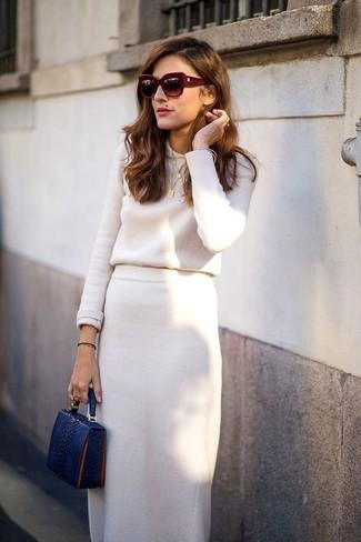 Cómo combinar: jersey con cuello circular en beige, falda midi en beige, cartera sobre de cuero con print de serpiente azul marino, gafas de sol burdeos