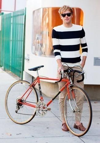 Cómo combinar un mocasín de cuero marrón: Opta por un jersey con cuello circular de rayas horizontales en blanco y azul marino y un pantalón chino marrón claro para una apariencia fácil de vestir para todos los días. Con el calzado, sé más clásico y usa un par de mocasín de cuero marrón.