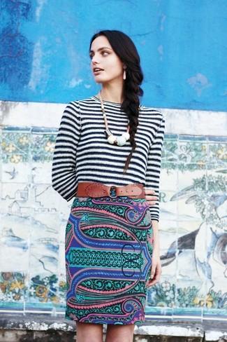 Cómo combinar: jersey con cuello circular de rayas horizontales en blanco y negro, falda lápiz de paisley en multicolor, cinturón de cuero marrón, collar blanco