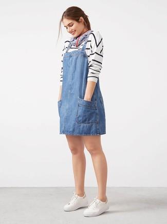 Cómo combinar: jersey con cuello circular de rayas horizontales en blanco y negro, pichi vaquero azul, tenis blancos, bandana azul marino