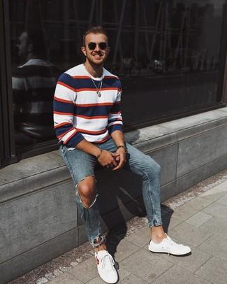 Cómo combinar: jersey con cuello circular de rayas horizontales en blanco y rojo y azul marino, vaqueros pitillo desgastados azules, tenis blancos, gafas de sol negras