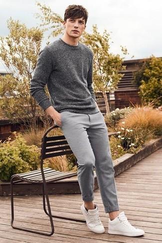 Cómo combinar: jersey con cuello circular en gris oscuro, pantalón chino de lana gris, zapatillas altas de cuero blancas