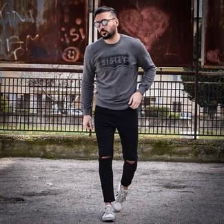Cómo combinar: jersey con cuello circular estampado en gris oscuro, vaqueros pitillo desgastados negros, tenis en blanco y negro, gafas de sol grises