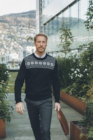 Moda para hombres de 40 años: Considera ponerse un jersey con cuello circular de grecas alpinos en negro y blanco y un pantalón de vestir en gris oscuro para una apariencia clásica y elegante.