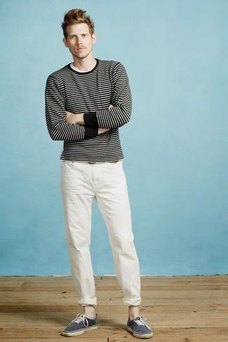 Cómo combinar: jersey con cuello circular de rayas horizontales en negro y blanco, camiseta con cuello circular blanca, pantalón chino blanco, tenis de lona azul marino