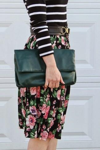 Cómo combinar: jersey con cuello circular de rayas horizontales en negro y blanco, falda midi con print de flores negra, cartera sobre de cuero verde oscuro, correa de cuero negra