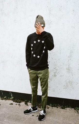 Cómo combinar: jersey con cuello circular de estrellas en negro y blanco, pantalón chino verde oliva, deportivas negras, gorro verde oliva