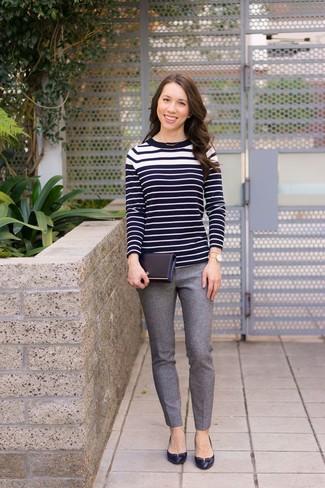 La versatilidad de un jersey con cuello circular de rayas horizontales en negro y blanco y unos pantalones pitillo de lana grises los hace prendas en las que vale la pena invertir. ¿Te sientes valiente? Opta por un par de zapatos de tacón de cuero negros.