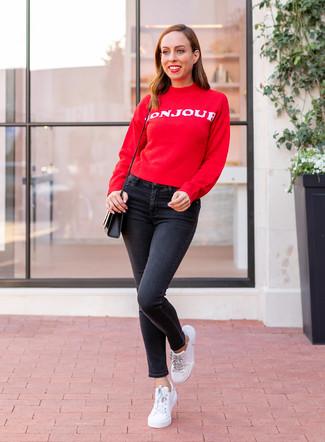 Cómo combinar: jersey con cuello circular estampado en rojo y blanco, vaqueros pitillo negros, tenis de cuero blancos, bolso bandolera de cuero negro