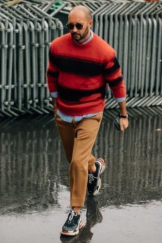 Cómo combinar: jersey con cuello circular de rayas horizontales en rojo y negro, camisa de manga larga de rayas verticales celeste, pantalón de vestir de lana marrón claro, deportivas en gris oscuro