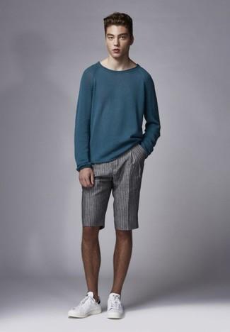 Cómo combinar: jersey con cuello circular en verde azulado, pantalones cortos de rayas verticales grises, tenis de cuero blancos
