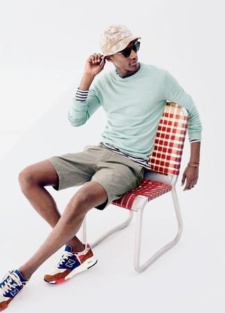 Cómo combinar: jersey con cuello circular en verde menta, camiseta de manga larga de rayas horizontales en blanco y azul marino, pantalones cortos en beige, deportivas en multicolor