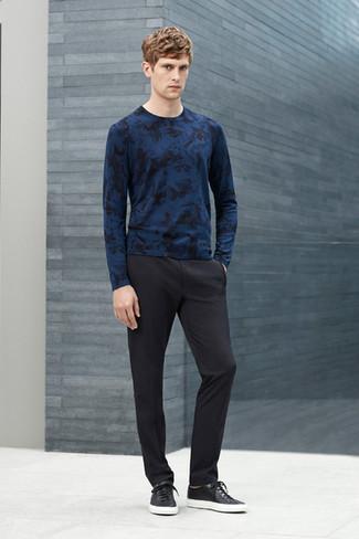 Cómo combinar: jersey con cuello circular estampado azul marino, pantalón de vestir negro, tenis de cuero negros