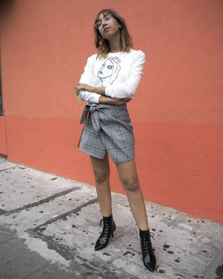 Cómo combinar: jersey con cuello circular estampado en blanco y negro, minifalda de tartán gris, botines con cordones de cuero negros