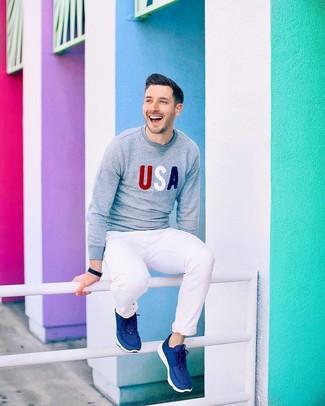 Cómo combinar: jersey con cuello circular estampado gris, pantalón chino blanco, deportivas azul marino