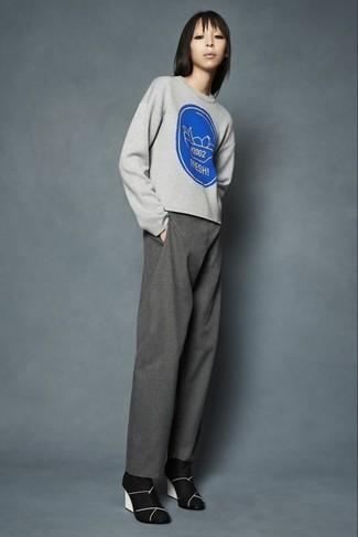 Cómo combinar un jersey con cuello circular estampado gris: Elige un jersey con cuello circular estampado gris y unos pantalones anchos grises para un look diario sin parecer demasiado arreglada. Botines de ante negros son una opción muy buena para complementar tu atuendo.