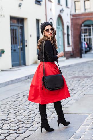 Cómo combinar: jersey con cuello circular negro, falda campana roja, botas de caña alta de ante negras, bolso bandolera de cuero negro